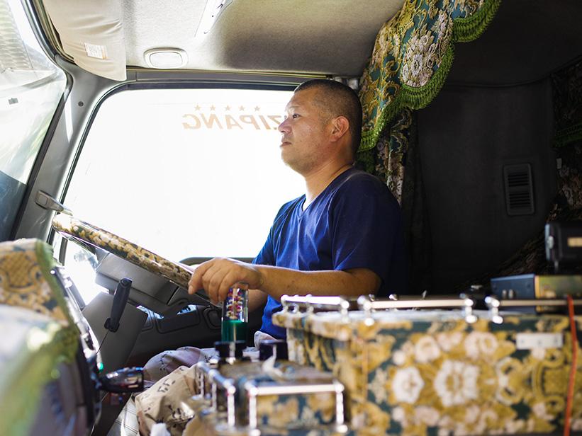 トラックに乗る林田さん