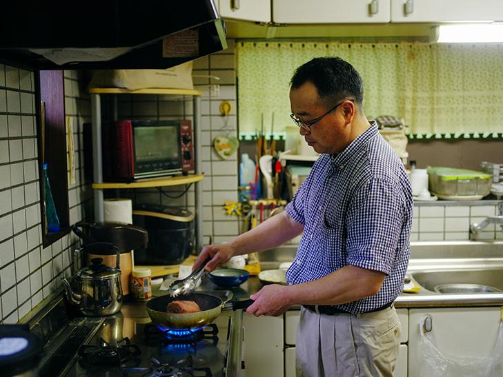 料理する清水さん