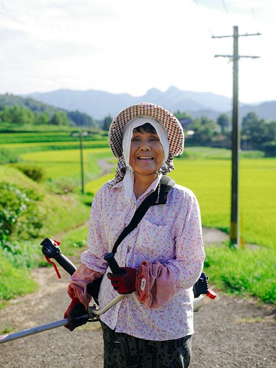 草刈り中の賢二さんの母